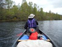 Peddelen met een volgeladen kano