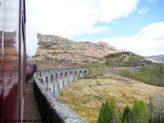 De Jacobite die puft over het Glenfinnan Viaduct, het hoogtepunt van de treinreis